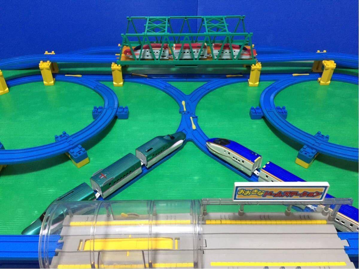 YS063 プラレール 大量 レイアウト ダブル ループ 大きな ドーム ステーション 直線 曲線 レール 背景 橋脚 新幹線 車両 駅 トンネル 車庫 _画像8
