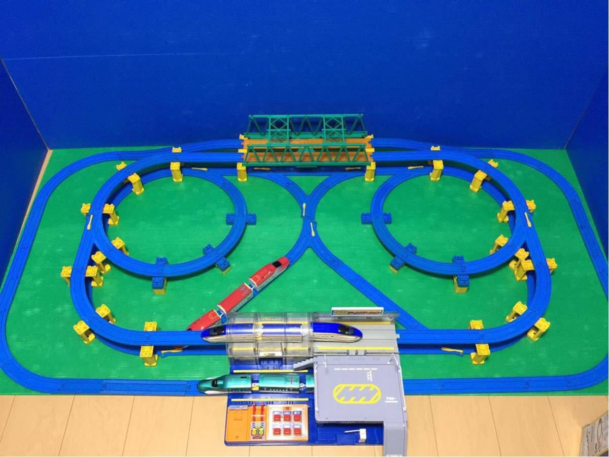 YS063 プラレール 大量 レイアウト ダブル ループ 大きな ドーム ステーション 直線 曲線 レール 背景 橋脚 新幹線 車両 駅 トンネル 車庫 _画像10
