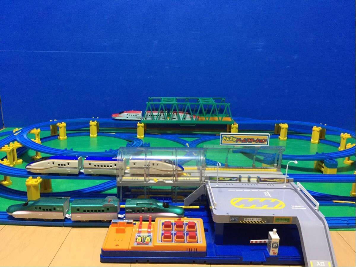YS063 プラレール 大量 レイアウト ダブル ループ 大きな ドーム ステーション 直線 曲線 レール 背景 橋脚 新幹線 車両 駅 トンネル 車庫 _画像7