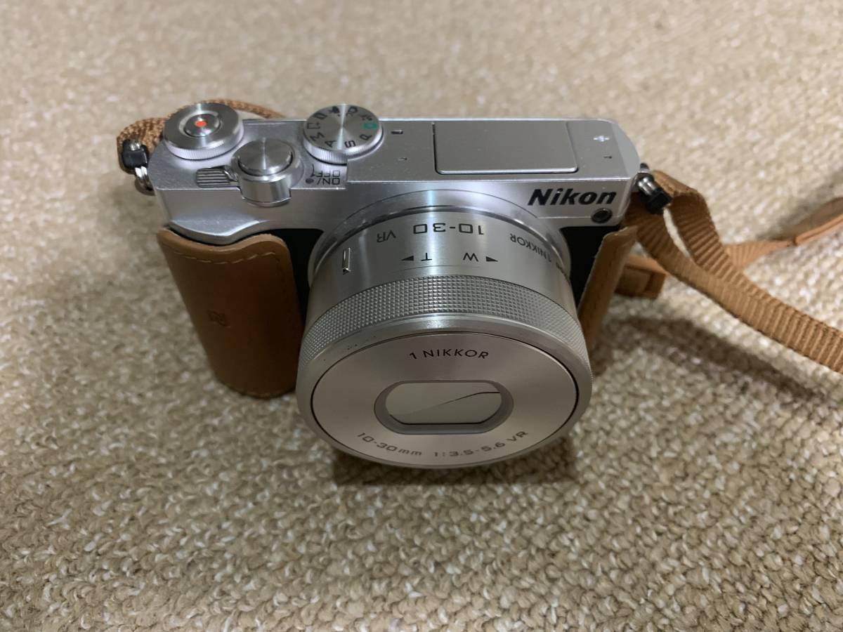 Nikon ニコン ミラーレス一眼レフ Nikon 1 J5 標準パワーズームレンズキット シルバー_画像2