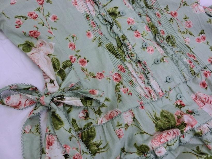□PINK HOUSE バラ柄 半袖 前開き 脇リボン ティアードワンピース 青磁系 着丈125cm♪_画像4