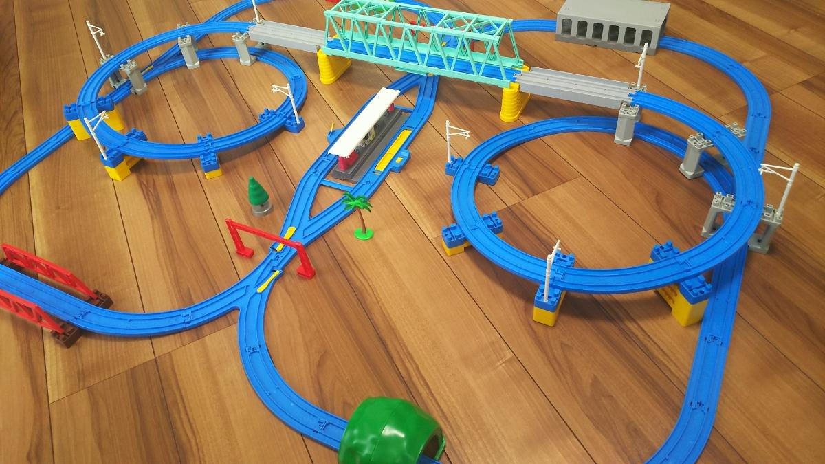 プラレールレイアウト Wループに大鉄橋など 情景いろいろセット