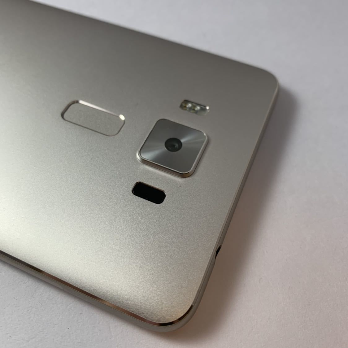 ASUS Zenfone 3 Deluxe 5.5 ZS550KL 64GB SIMフリー 本体 Z01FD ゴールド 海外版_画像3