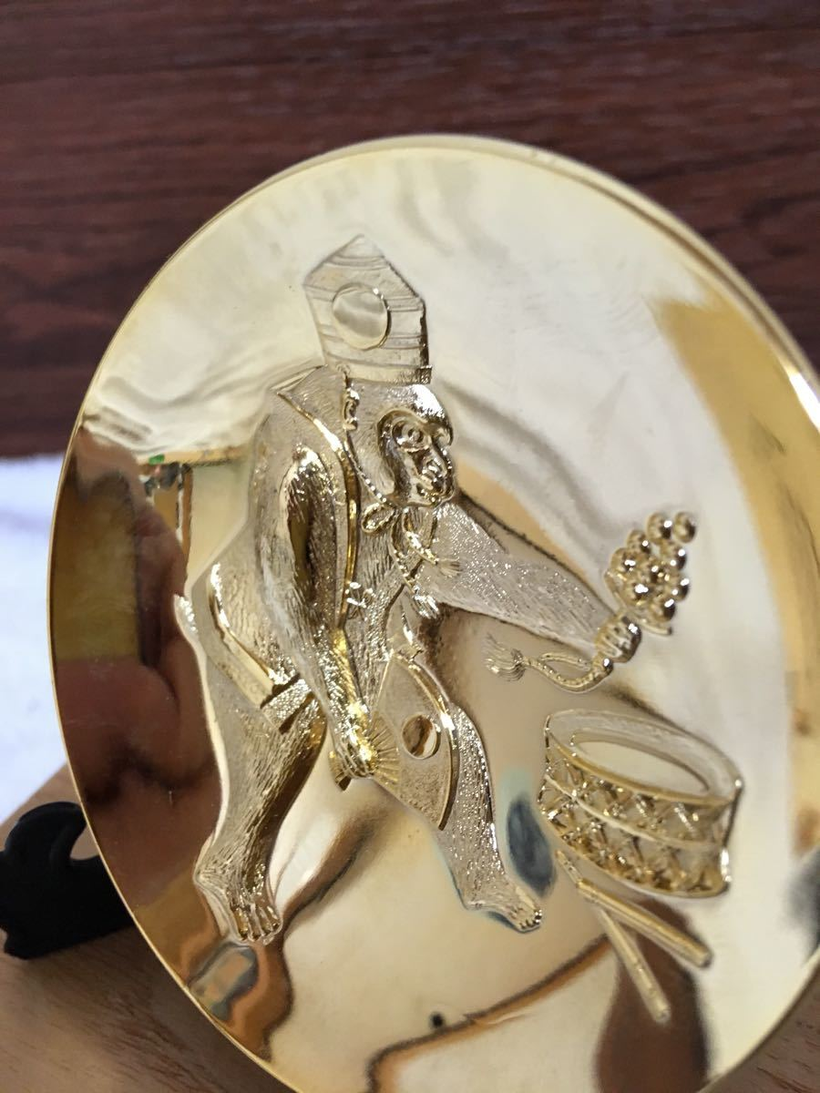 屋久杉製 鶴首壺型置物(径約6×22cm)&24金鍍金盃(径約7×3cm) 鈴・扇子を持つ猿柄/桐箱入記念のお品 未使用_画像6
