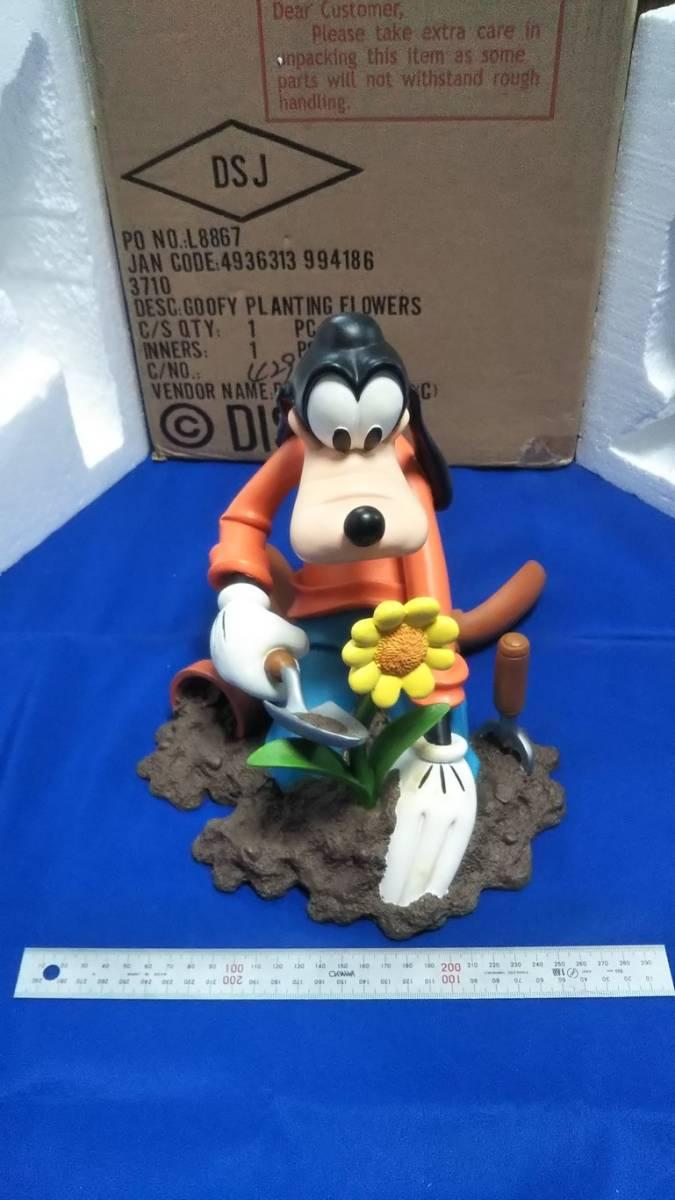 ディズニー グーフィー フィギュア Goofy Planting Flowers