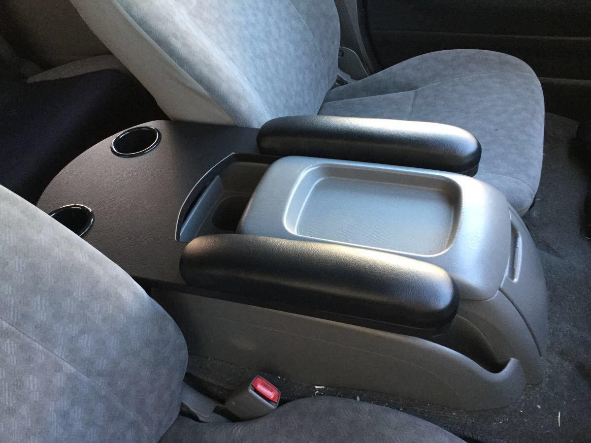 200系ハイエース・標準ボディー・S-GL用 フロントシート用アームレスト&テーブル/黒シボ柄・ブラックレザーマット・カップホルダー2個