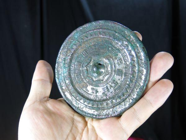 A 文字文様古鏡 漢時代 遺跡発掘品 古代中国 金工 緑青  青銅_画像1
