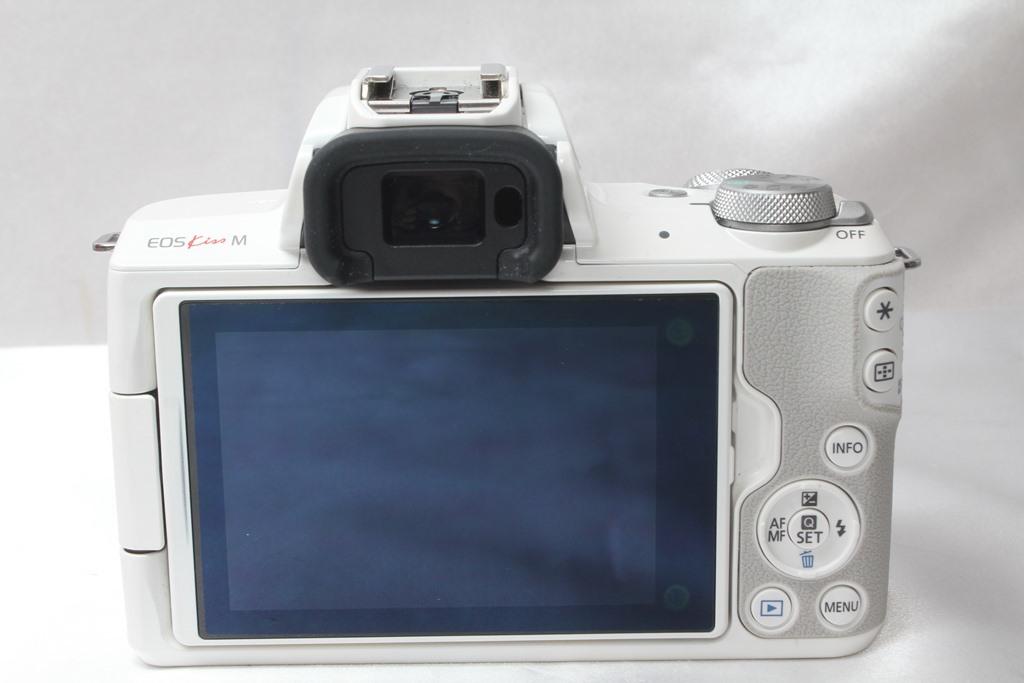★【新品級】 Canon EOS Kiss M ホワイト ★バリアングル 自撮り かんたん ★取説 バッテリー チャージャー ストラップ_画像3