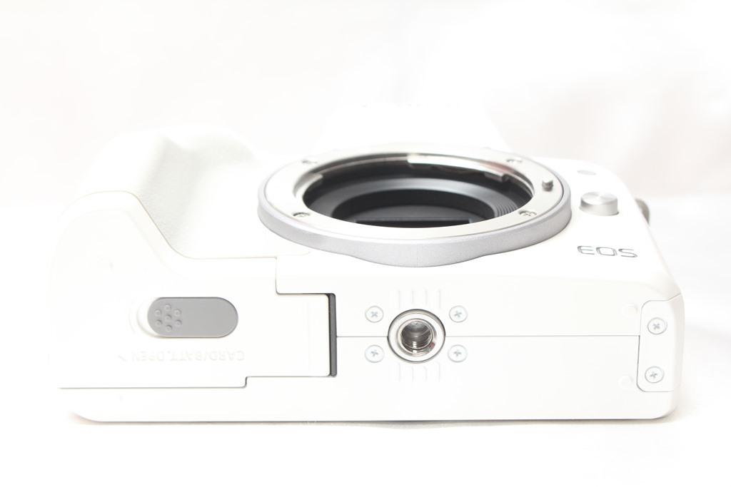 ★【新品級】 Canon EOS Kiss M ホワイト ★バリアングル 自撮り かんたん ★取説 バッテリー チャージャー ストラップ_画像5