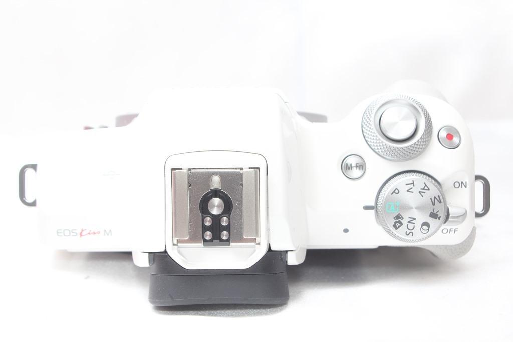 ★【新品級】 Canon EOS Kiss M ホワイト ★バリアングル 自撮り かんたん ★取説 バッテリー チャージャー ストラップ_画像4