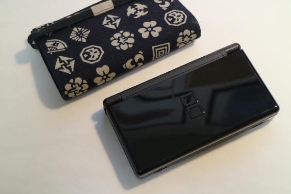 ニンテンドーDS Lite(中古動作確認、ブラック)、ACアダプター、金属製専用ペン、専用布製ケースのセット_画像3