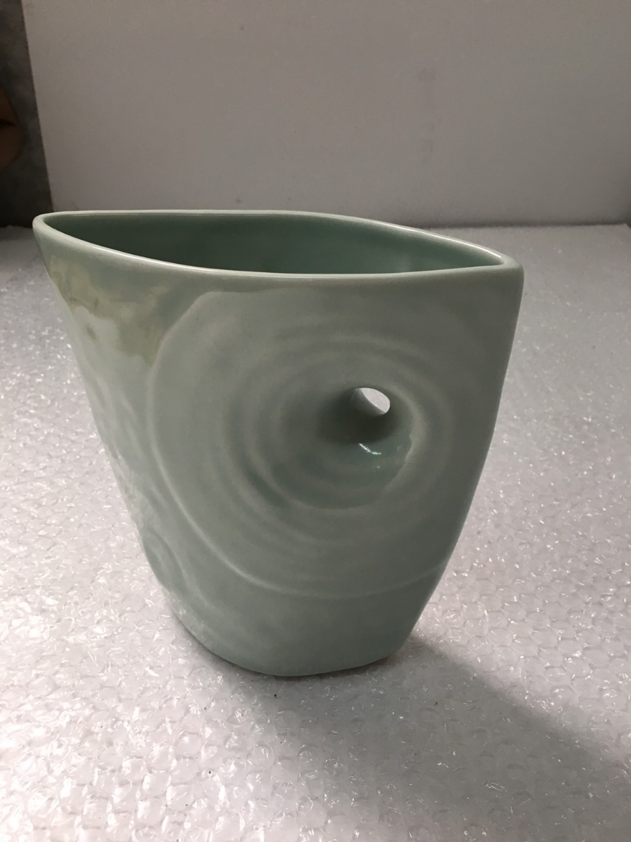 砥部焼 興峯 花瓶 花瓶 花器 花入 壺 横:約19cm 高さ:約18.5cm 奥行(1番広い部分):約8cm_画像2