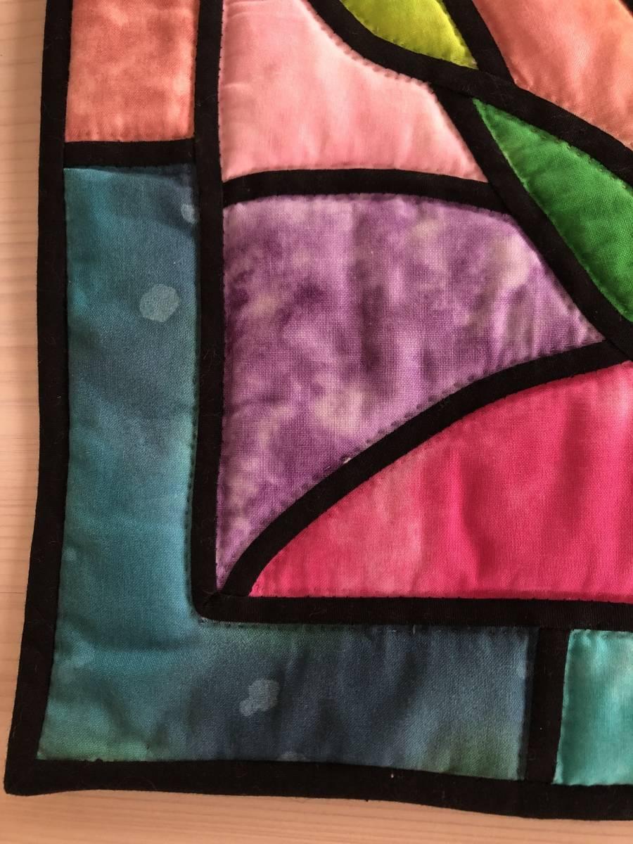 ステンドグラスキルト ミニタペストリー 53×40 ラウンド形 水仙 ムラ染め パッチワーク ハンドキルト 手縫 手芸_画像3