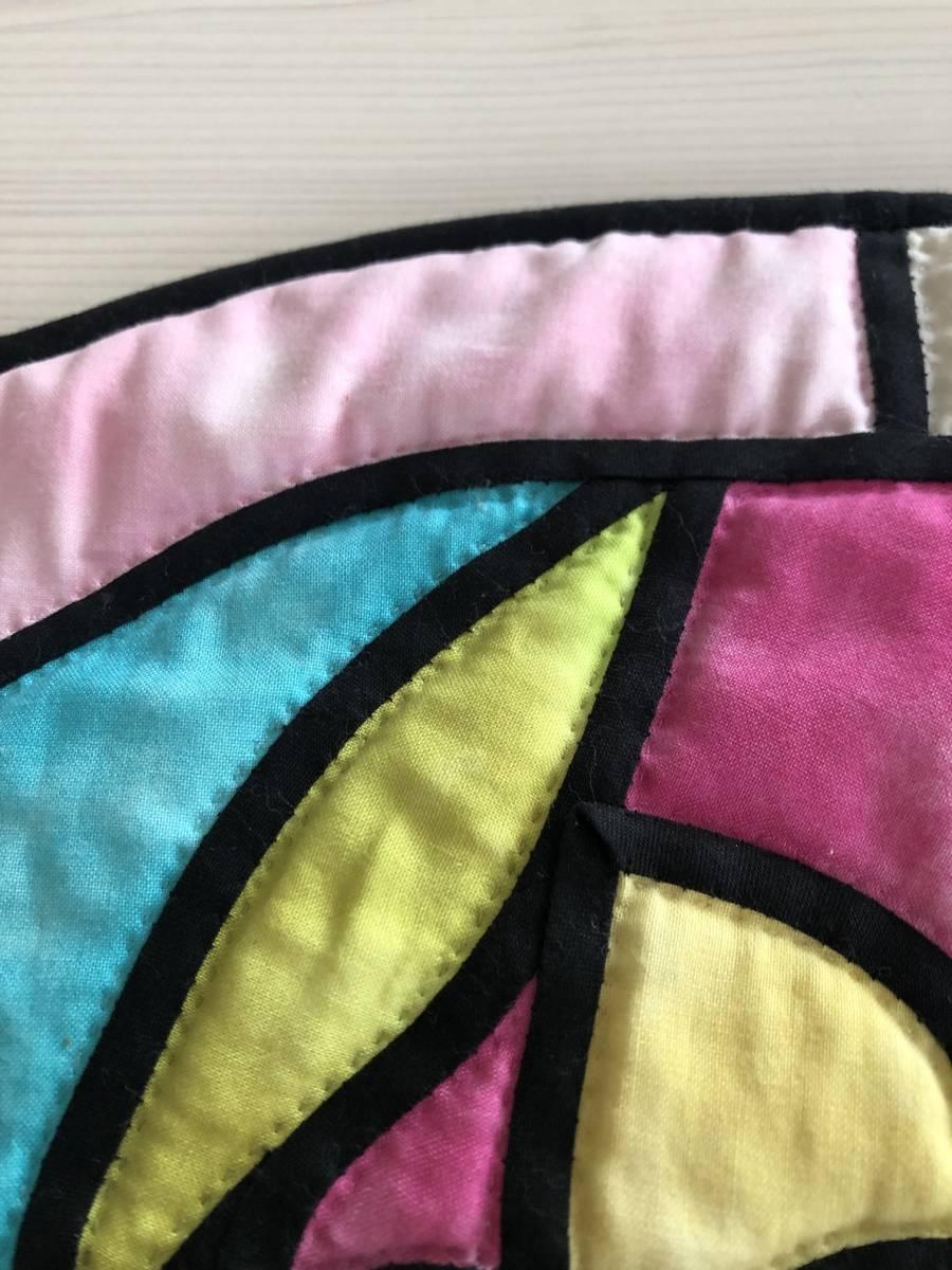 ステンドグラスキルト ミニタペストリー 53×40 ラウンド形 水仙 ムラ染め パッチワーク ハンドキルト 手縫 手芸_画像4