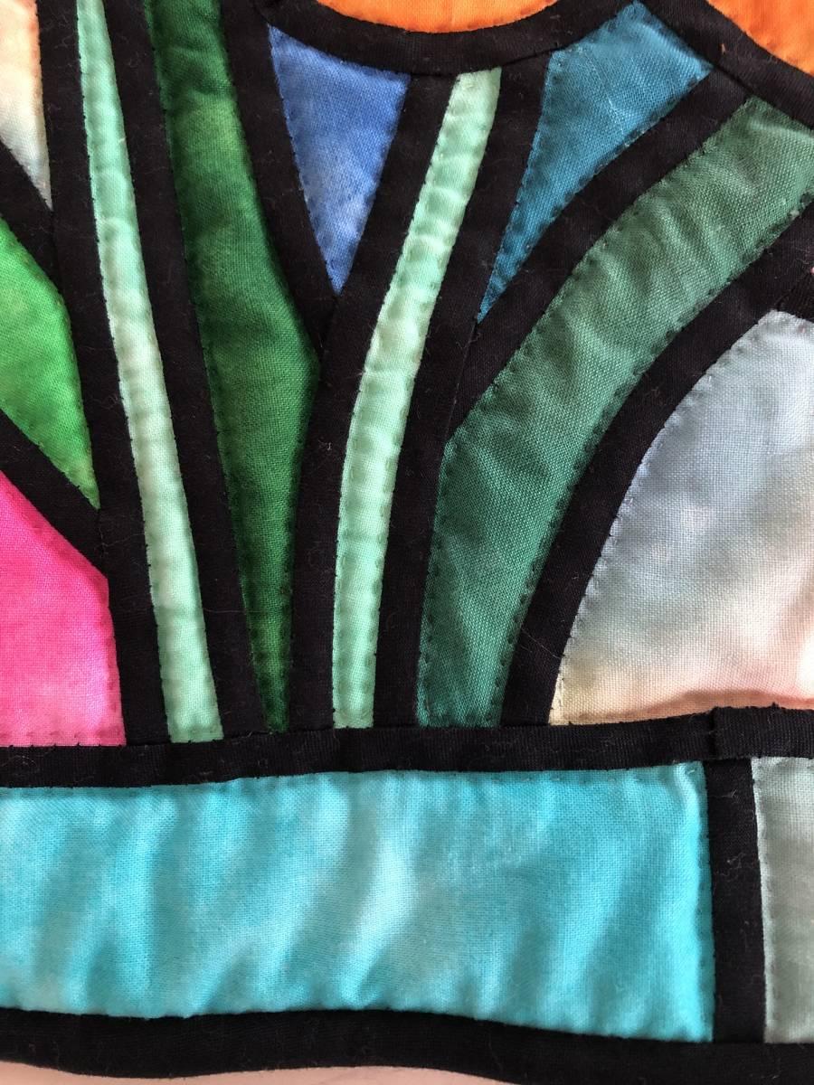 ステンドグラスキルト ミニタペストリー 53×40 ラウンド形 水仙 ムラ染め パッチワーク ハンドキルト 手縫 手芸_画像6