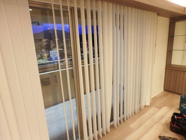 ANEK18 展示品 TOSO ブラインド カーテン 遮光 取付金具付き W2100 H2200_画像2