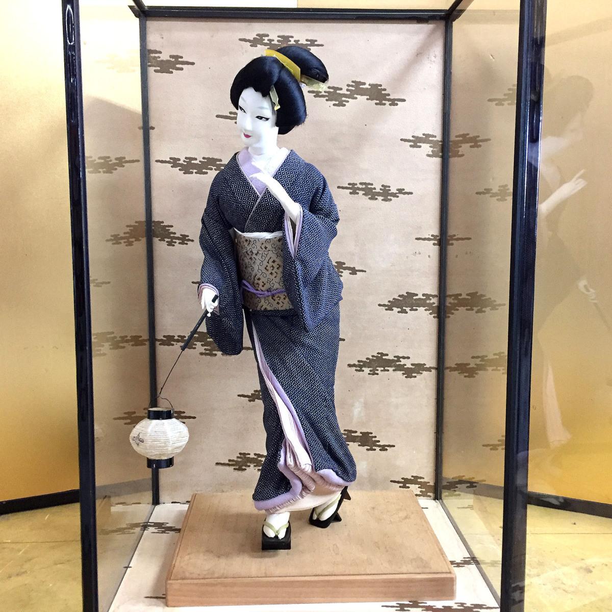 2393 日本人形 芸者 芸妓 博多人形? 布製 提灯を持つ女性 置物 オブジェ ガラスケース入り 高さ約71.5cm リサイクル アンティーク 紀の国