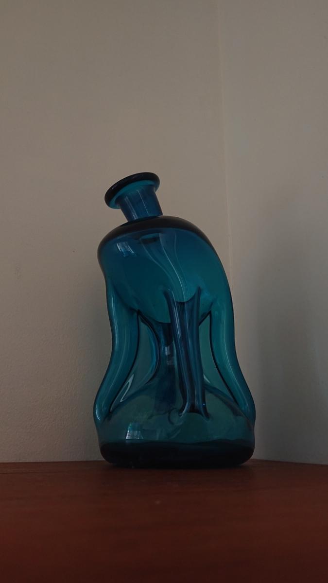 ヴィンテージ北欧ホルムガード kluk kluk珍しい変形ガラス ボトル1950年代のJacob Bangデザイン作家デキャンタ オブジェの様な美しさ青_画像1