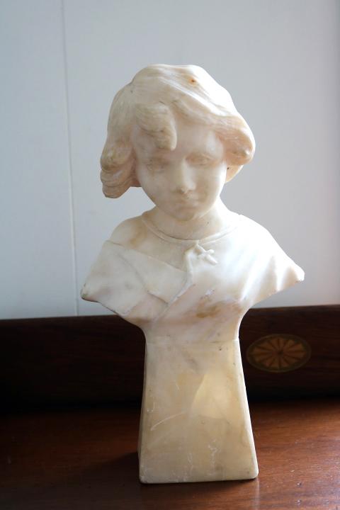 ■ 大理石に手彫りされた「クロスペンダントの少女」彫像 ■_画像1