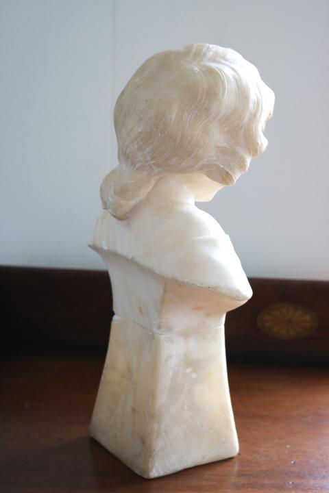 ■ 大理石に手彫りされた「クロスペンダントの少女」彫像 ■_画像5