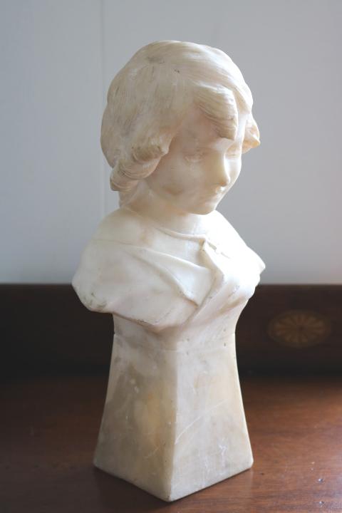 ■ 大理石に手彫りされた「クロスペンダントの少女」彫像 ■_画像6