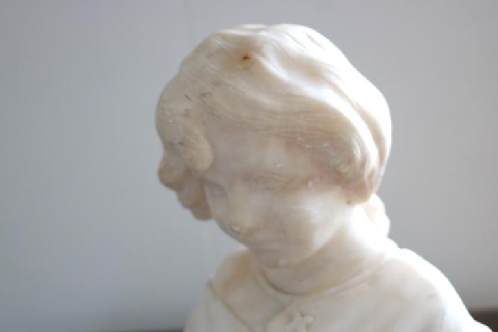 ■ 大理石に手彫りされた「クロスペンダントの少女」彫像 ■_画像3