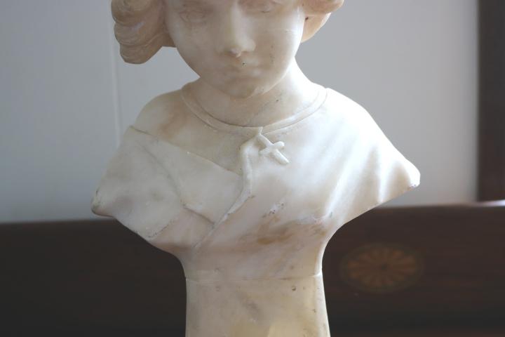 ■ 大理石に手彫りされた「クロスペンダントの少女」彫像 ■_画像4