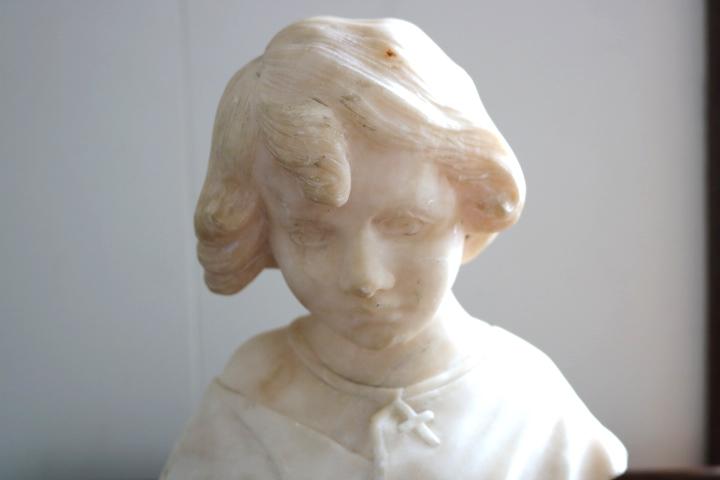 ■ 大理石に手彫りされた「クロスペンダントの少女」彫像 ■_画像2