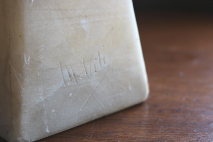 ■ 大理石に手彫りされた「クロスペンダントの少女」彫像 ■_作者サイン