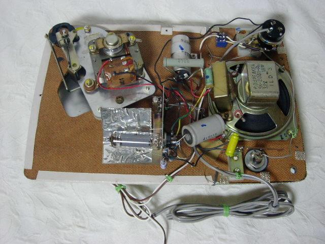 新・電気文化物 復元品 !! 外装自作 メーカー不明 大型ラッパ式 真空管 電気蓄音機_レコードプレーヤーのシャシー内部です