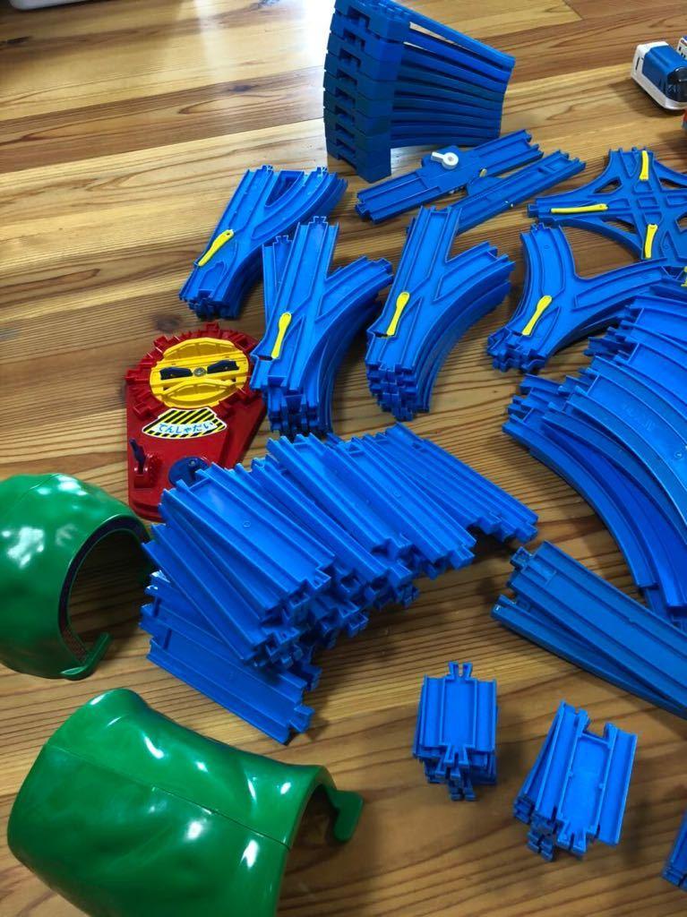 トミカ プラレール まとめて 大量 レール 車体 セット トンネル 駅 車両 坂曲線 専用箱 大量セット_画像2