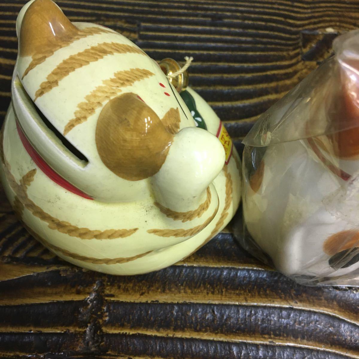 【開運 トラミケ 猫 陶器 2匹セット】小判 鈴 ギフト ニャンコ 貯金箱 招き猫 ねこ ネコ CAT 卓上 癒し 家内安全 縁起 小ぶり【19/10 D-1】_画像3