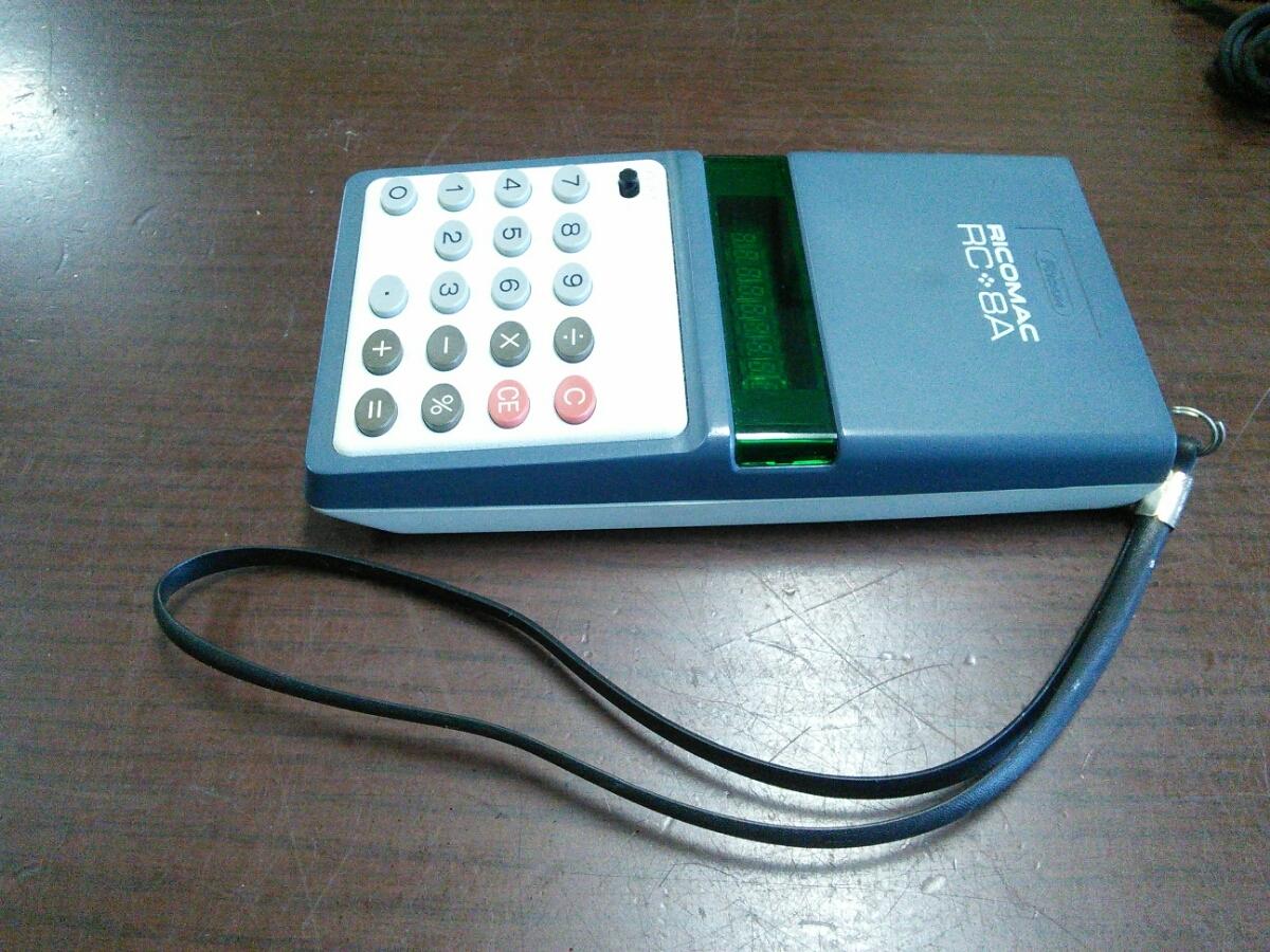 1015k 昭和レトロ リコー 8桁蛍光管電卓 RICOMAC RC-8A ブルー ACアダプターAD-8Z付き アンティーク 当時物 ビンテージ 可動品 実動品_画像3