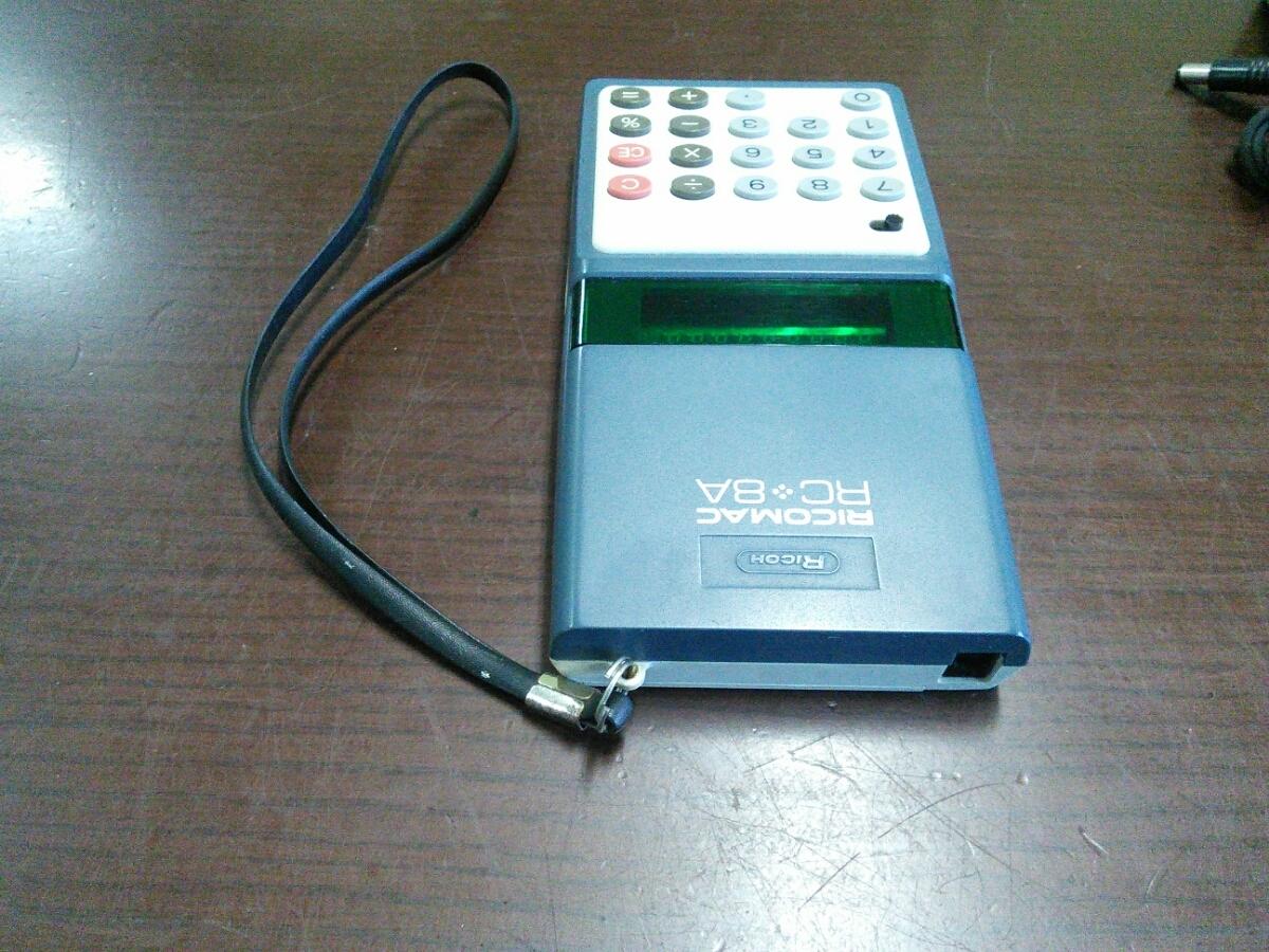 1015k 昭和レトロ リコー 8桁蛍光管電卓 RICOMAC RC-8A ブルー ACアダプターAD-8Z付き アンティーク 当時物 ビンテージ 可動品 実動品_画像4