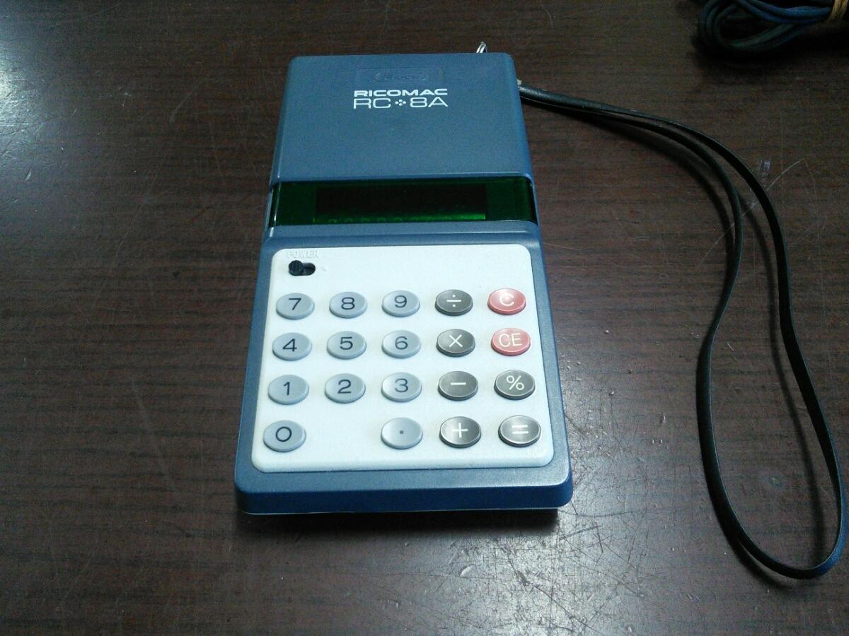 1015k 昭和レトロ リコー 8桁蛍光管電卓 RICOMAC RC-8A ブルー ACアダプターAD-8Z付き アンティーク 当時物 ビンテージ 可動品 実動品_画像2