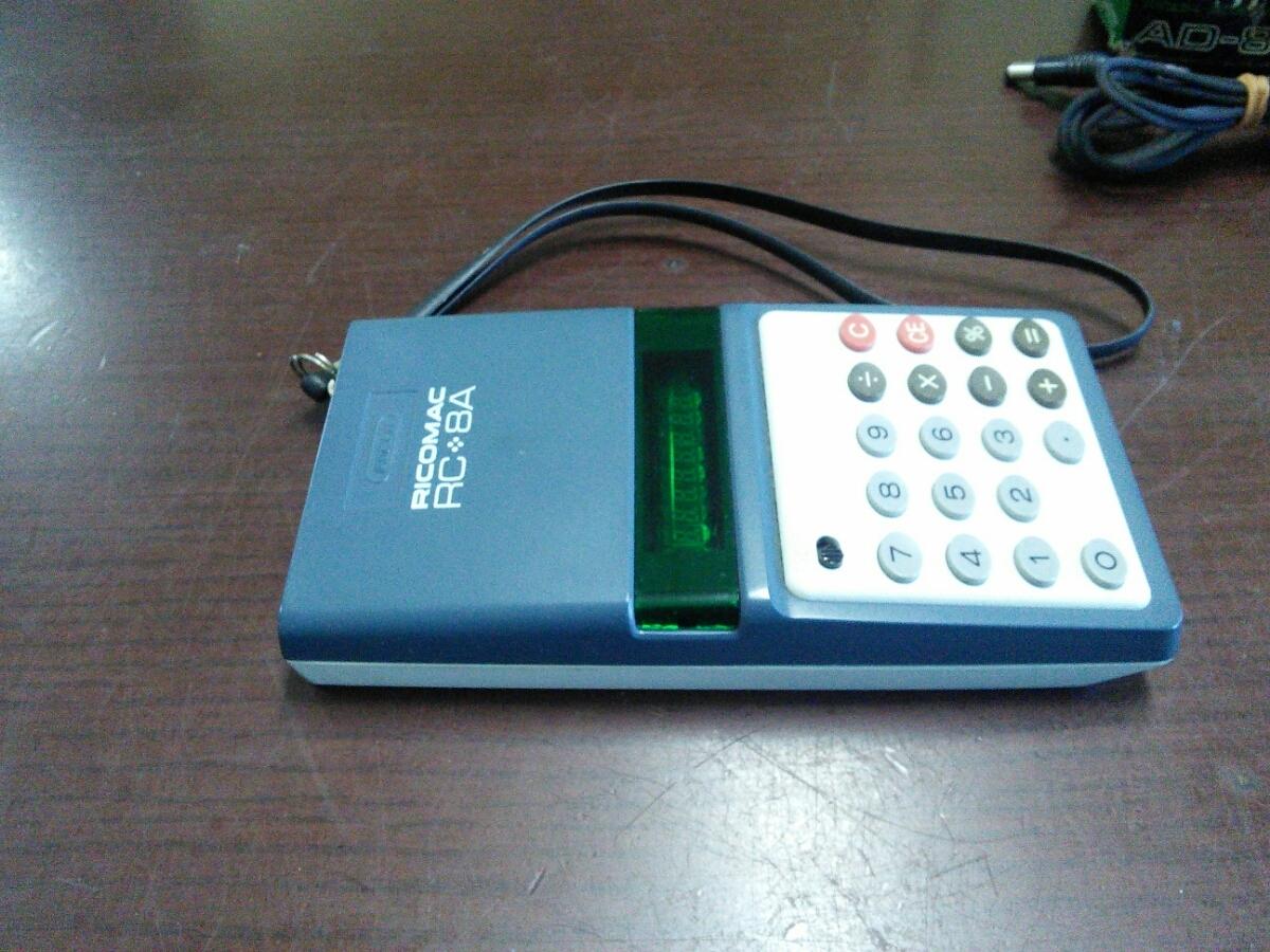 1015k 昭和レトロ リコー 8桁蛍光管電卓 RICOMAC RC-8A ブルー ACアダプターAD-8Z付き アンティーク 当時物 ビンテージ 可動品 実動品_画像5