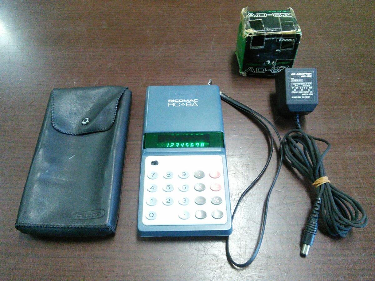 1015k 昭和レトロ リコー 8桁蛍光管電卓 RICOMAC RC-8A ブルー ACアダプターAD-8Z付き アンティーク 当時物 ビンテージ 可動品 実動品_画像1
