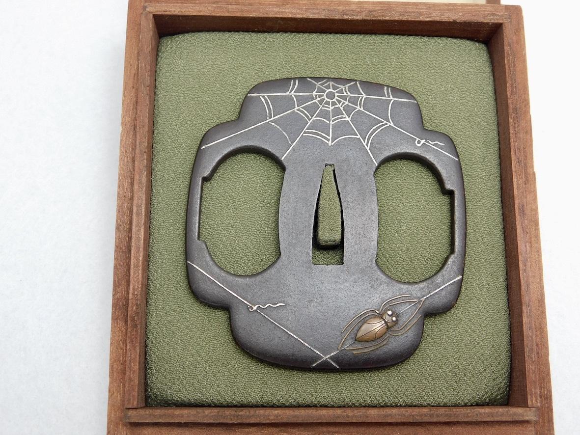 ◆◇蜘蛛の巣図鐔?無銘?角木瓜形?鉄磨地?高彫、銀.素銅象嵌色絵?丸耳◇◆