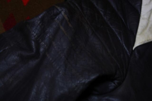 黒×白 70s ~ ビンテージ UK ロンジャン ライダース レザー ジャケット ■ ■ ■ モーターサイクル 旧車 PUNK ルイスレザー イギリス USA_袖の白いラインが取られています。