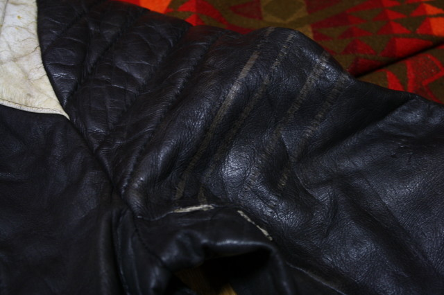 黒×白 70s ~ ビンテージ UK ロンジャン ライダース レザー ジャケット ■ ■ ■ モーターサイクル 旧車 PUNK ルイスレザー イギリス USA_袖の白いライン取られています。