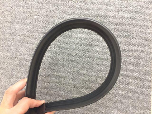 汎用 リアスポイラー ブラック 黒 トランク ルーフ ボンネット 132cm カット サイズ調整 可能 エンドキャップ付 エアロ 空力 リアウイング_画像4