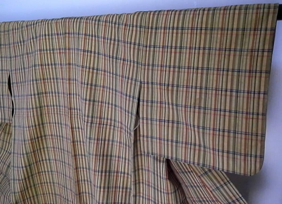 【着物のちさと屋】C181 着物・紬 長着 単衣 正絹紬織 黄土色地・格子柄模様 リメイク素材に!_袖模様  シミが有ります