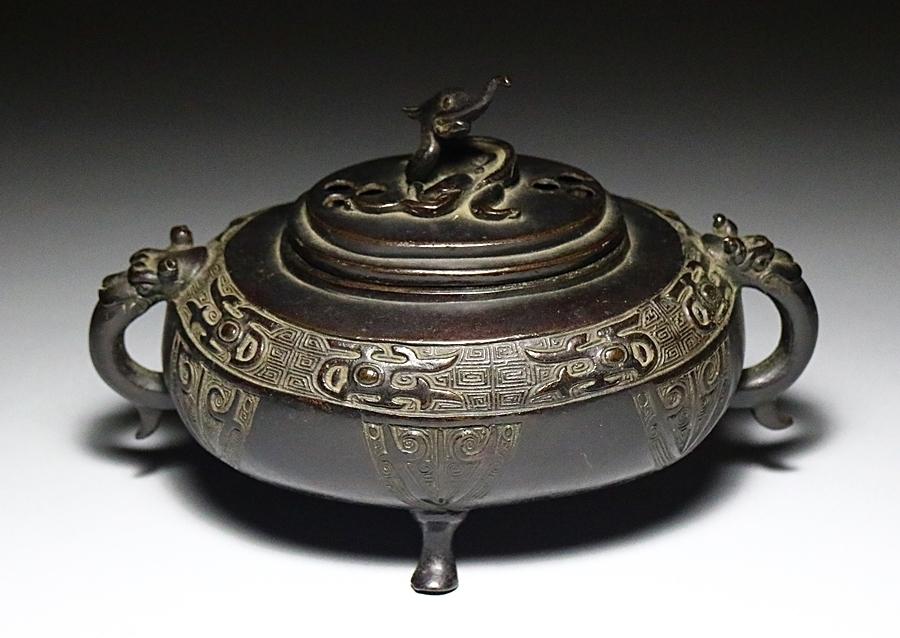 【古美術】金属工芸品 時代古銅 饕餮紋 獣耳 龍摘み 三つ足香炉