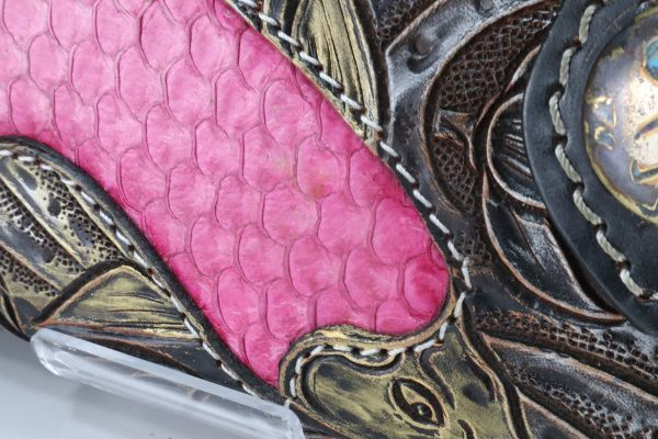 日本で1つのみ 牛革 魚革 本革 レザー ティラピア 鯉 コイ カービング 手彫り ウォレット 長財布 バイカーズ ライダース ブラック ゴールド_画像3