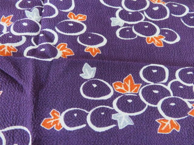 未使用保管 ちりめん 小風呂敷 ぶどう絵柄 紫 68cm×65cm レーヨン100% 箱入り_画像2