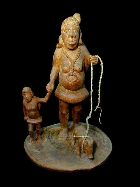 """インドネシア・パプア州の彫刻家ハルク氏の""""母娘""""像"""