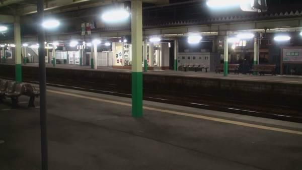 寝台特急「日本海」 車窓 大阪→青森 (字幕無/有BD-R DL2枚組)_深夜の新津駅に停車