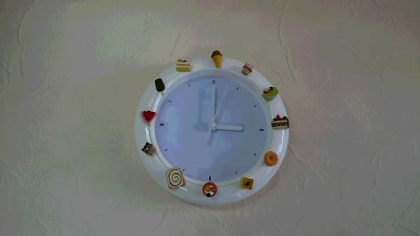 飾り時計★可愛い時計★子供部屋★模様替え★食玩★デコ時計_ケーキやアイスの食玩を張り付けています