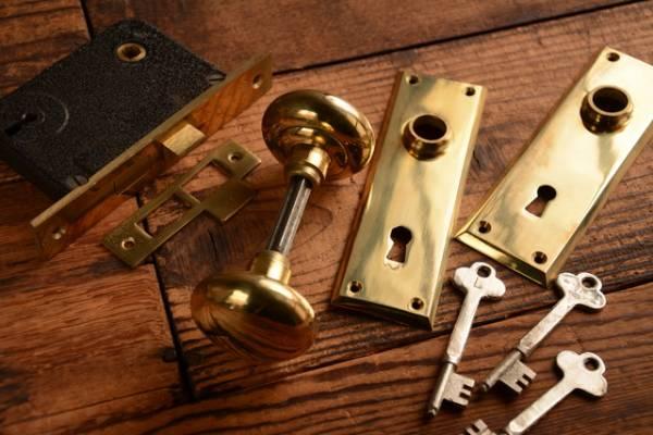 NO.923-S 古い真鍮鋳物の鍵付ドアノブ(50mm) 検索用語→Aアンティークビンテージ洋館扉ドア戸_画像1