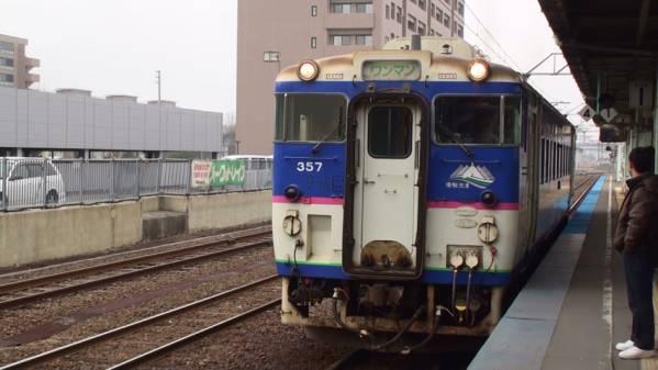 日高本線2227D 車窓 (4月・2月) (字幕無/有BD-R DL1枚)_苫小牧駅に入線 (4月)